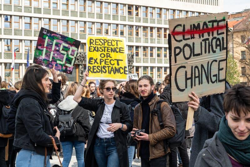 Slovenië, Ljubljana 15 03 2019 - Jonge protestors met banners bij een de Jeugdstaking voor klimaat maart stock fotografie