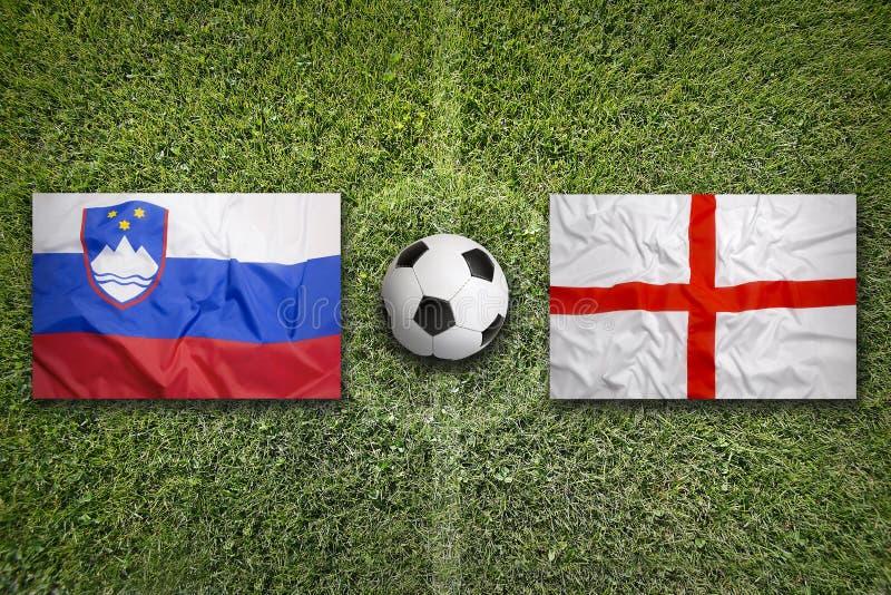 Slovenië versus De vlaggen van Engeland op voetbalgebied royalty-vrije stock afbeeldingen
