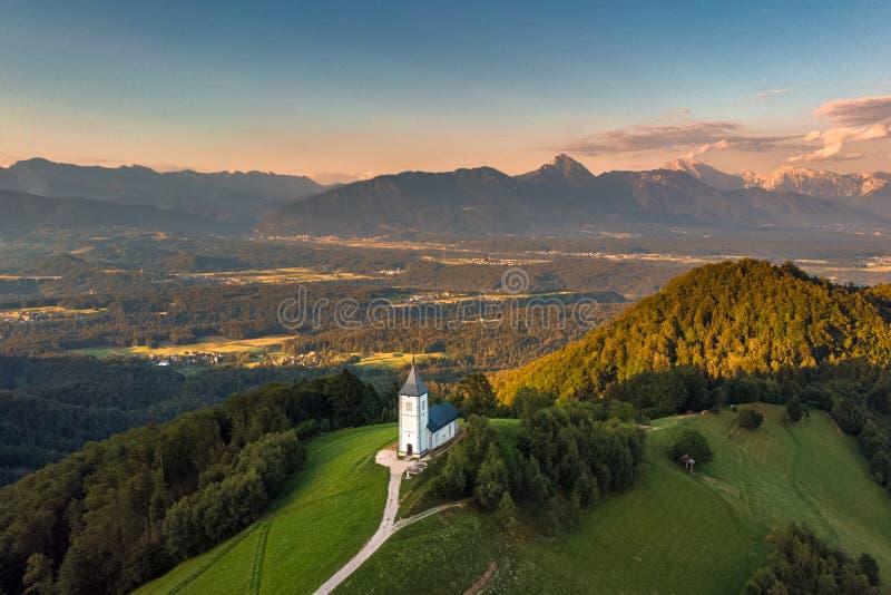 Slovenien - bl?dd semesterortsj? f?r flyg- sikt Surrfotografi f?r antenn FPV arkivbilder