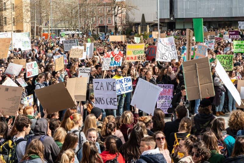 Slovenien Ljubljana 15 03 2019 - Unga protesterare med baner på ett ungdomslag för klimatmarschen royaltyfri bild