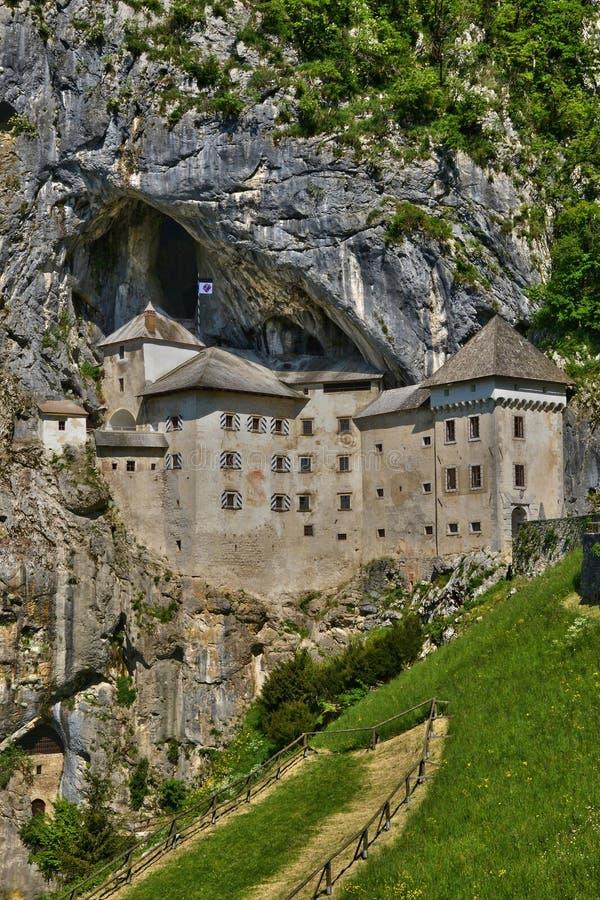 Slovenien, pittoresk och historisk slott av Predjama arkivbilder
