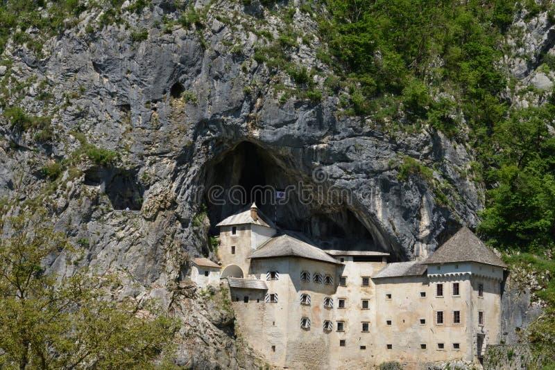 Slovenien, pittoresk och historisk slott av Predjama arkivbild
