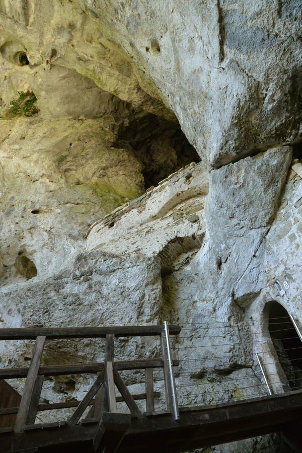 Slovenien, pittoresk och historisk slott av Predjama arkivfoto