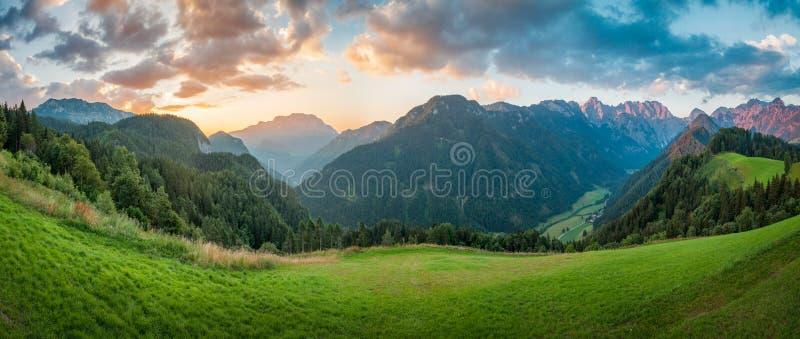 Slovenska fjällängar på soluppgång, panorama arkivfoto