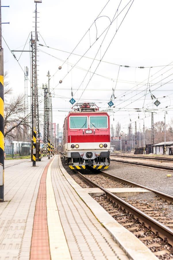 Slowaakse elektrische trein op post Bratislava Lamac stock afbeeldingen