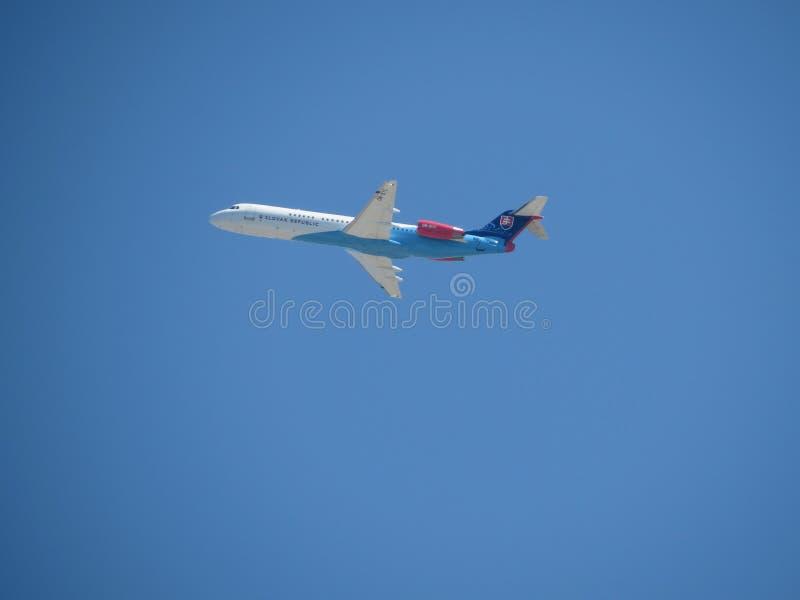 Slowaakse F100 van de de Dienstfokker van de Overheidsvlucht over Malta stock afbeelding