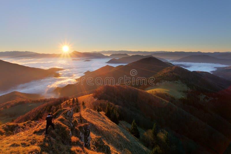 Slowakei-Bergspitze Osnica bei Sonnenaufgang - Herbstpanorama stockfoto