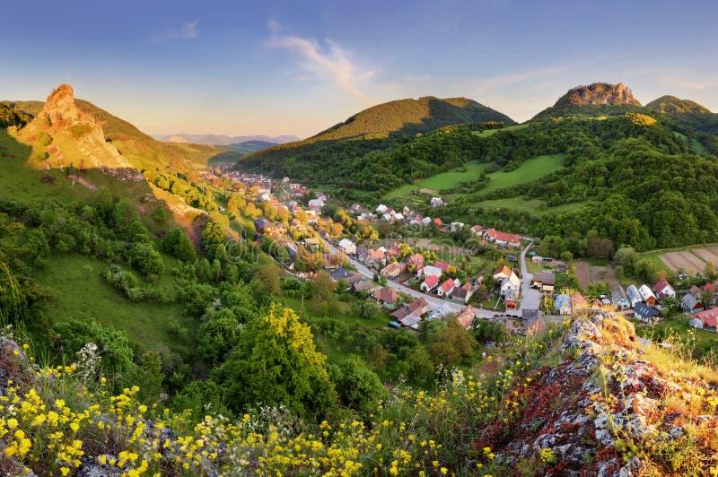 Slowakei-Dorf Cerveny Kamen - Frühlingslandschaft stockfotografie