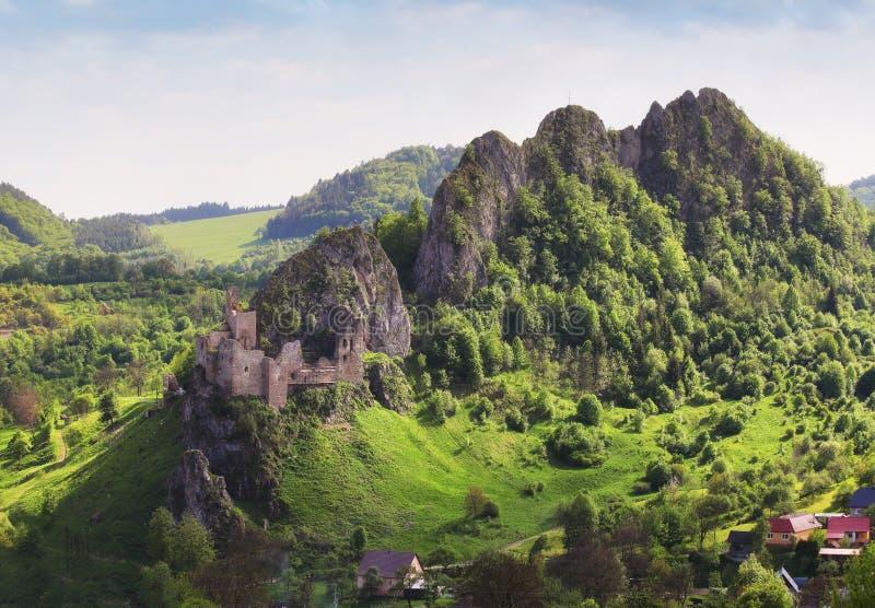 Slowakei-Frühling nahe Ruinen von Lednica stockfotos