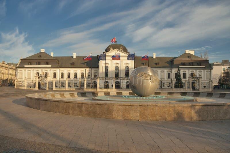 Slowakije - Bratislava - rococo-Stijl Grassalkovich-Paleis op de vierkante, presidentiële woonplaats van Hodzovo namestie van Slo stock foto