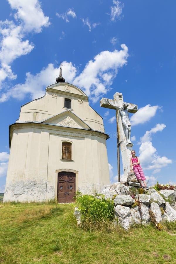 Slowakije - de Heilige dwars barokke kapel op brada van heuvelsiva in het gebied en het meisje van Spis stock afbeelding