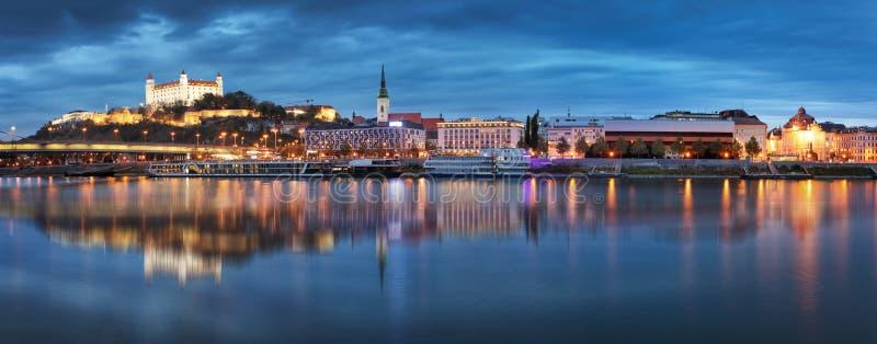 Slowakije - Panorama van de skyline van Bratislava met het kasteel stock foto's