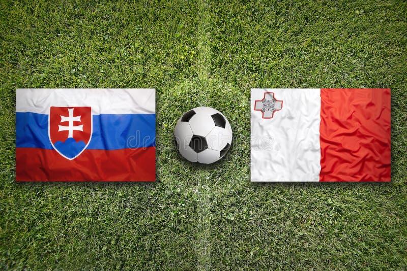 Slowakije versus De vlaggen van Malta op voetbalgebied royalty-vrije stock afbeelding