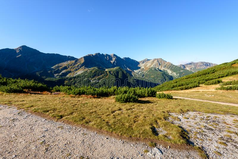 Download Slowakische Karpatenberge Im Herbst Wanderweg Auf Stockfoto - Bild von himmel, berg: 106800274