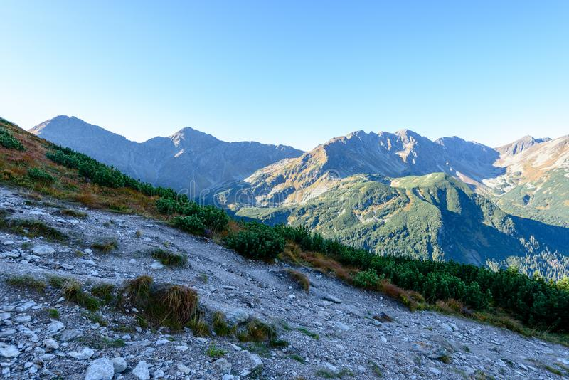 Download Slowakische Karpatenberge Im Herbst Wanderweg Auf Stockfoto - Bild von stein, fall: 106800410
