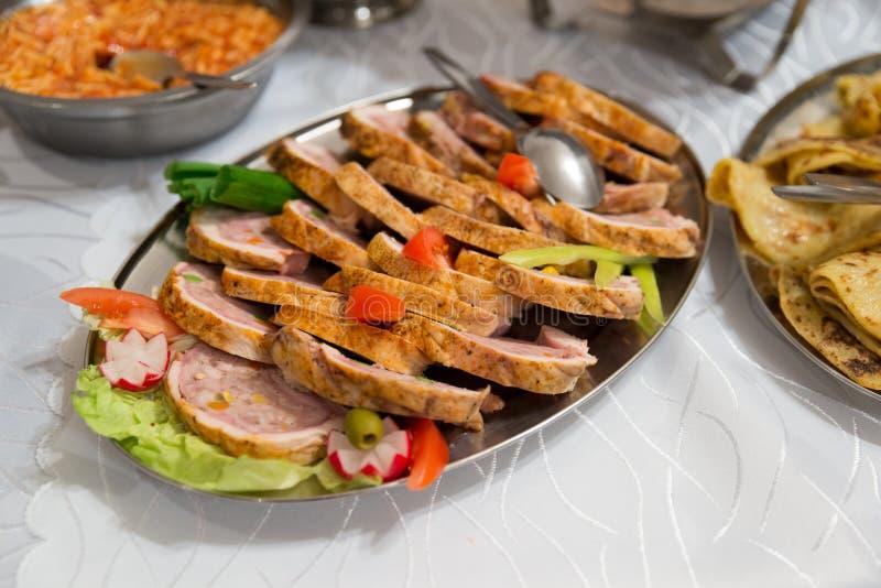 Slowakisches LebensmittelSchweinefleisch auf Buffettisch lizenzfreies stockbild