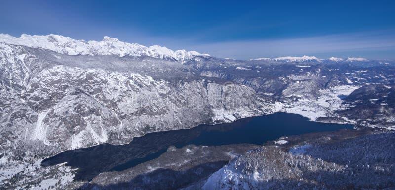 Slowenien, Panorama über See Bohinj - Winterbild lizenzfreie stockfotos