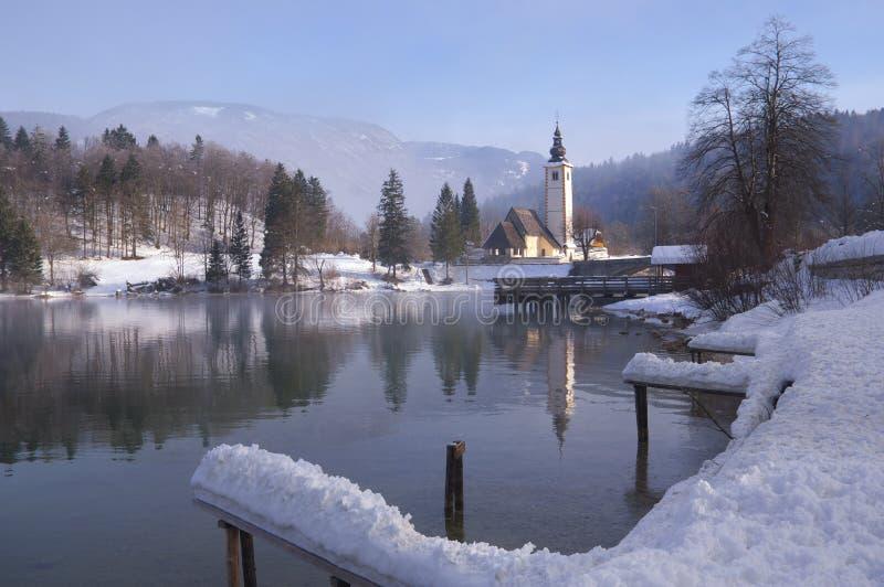 Slowenien, See Bohinj - Winterbild mit Nebel lizenzfreie stockfotos