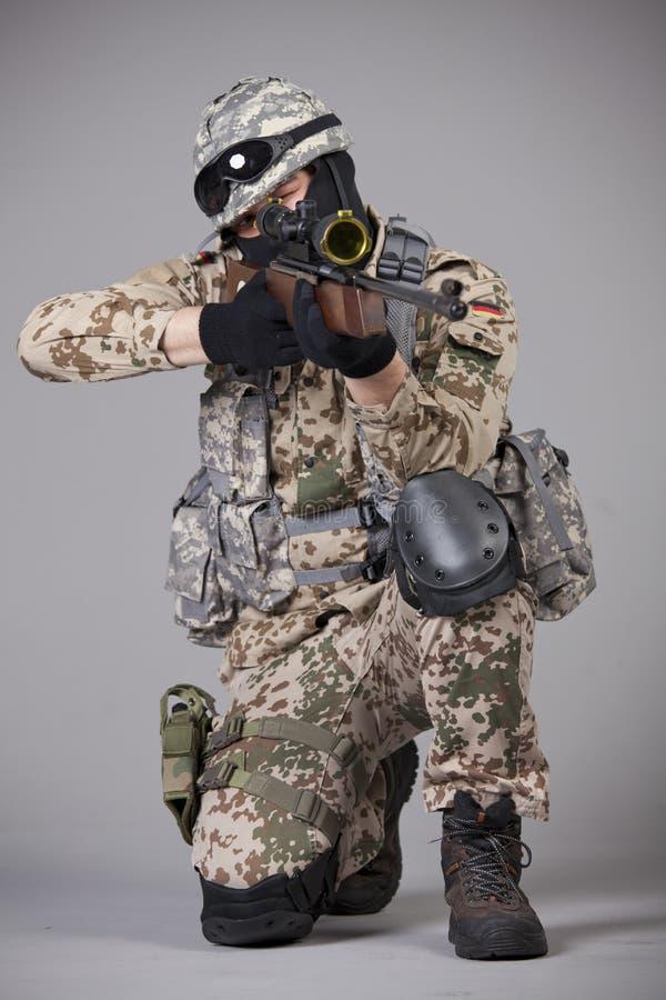 Sluipschutter met geweer het streven royalty-vrije stock foto's