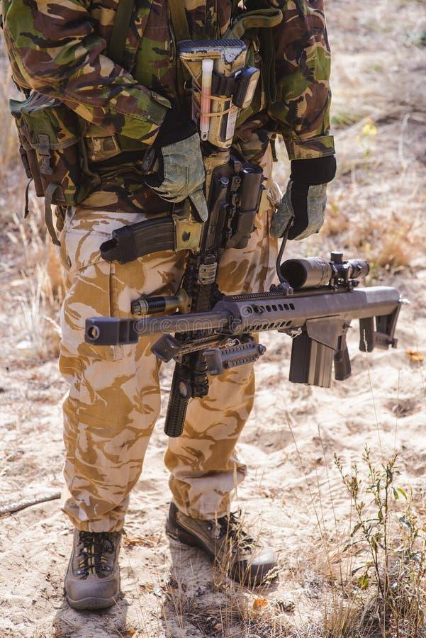 Sluipschuttergeweer in handen van bewapende militair royalty-vrije stock foto's