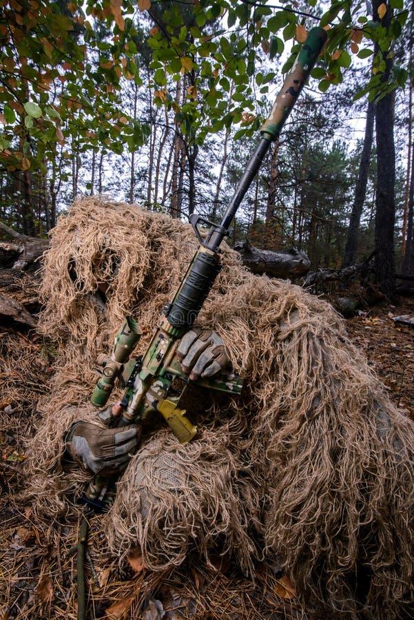 Sluipschutterherladen zijn geweer in bos royalty-vrije stock afbeeldingen