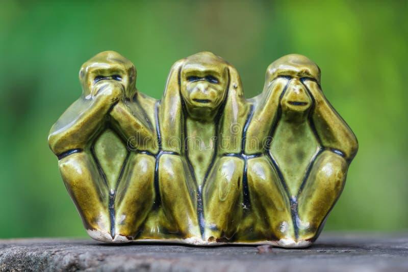 Sluit Aapstandbeelden die van ceramisch in concept worden gemaakt van zien geen kwaad, horen omhoog geen kwaad en spreken geen kw royalty-vrije stock afbeeldingen