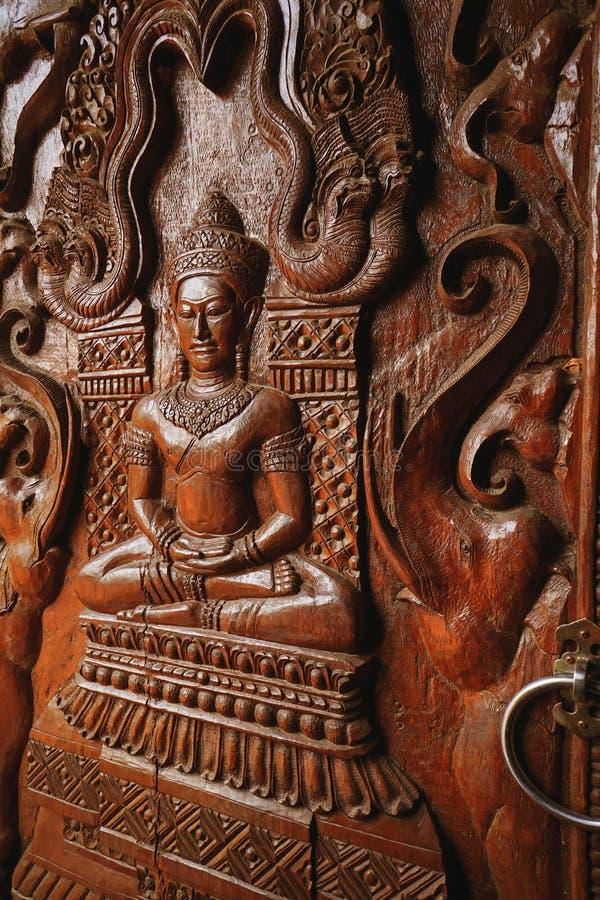 Sluit Boedha opdeelde houten textuur van een deur in Thaise tempel stock foto's