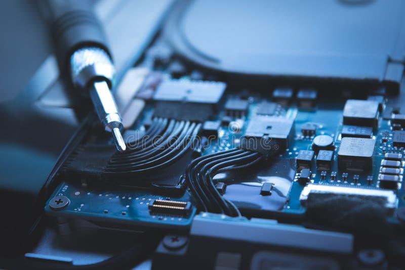 Sluit computerlaptop de reparatie omhoog blauwe achtergrond van de harde schijfaandrijving, stock foto's
