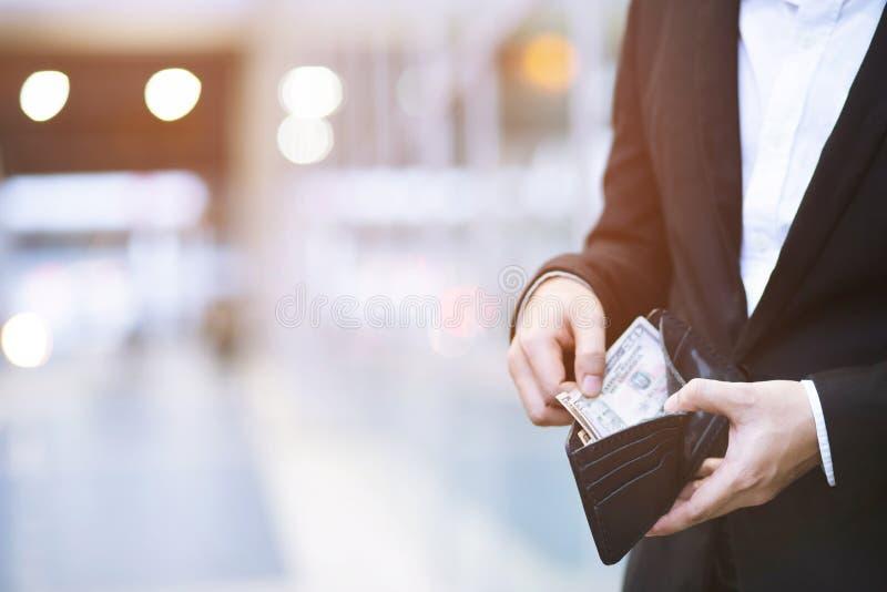 Sluit de greeptelling van de bedrijfsmensen omhoog bevindende die hand het geld van contant geld wordt uitgespreid Het geld van d royalty-vrije stock afbeelding
