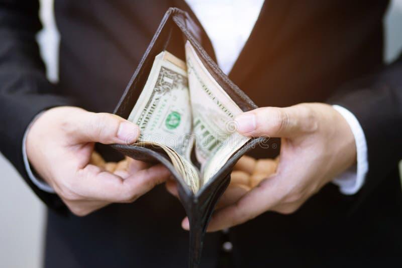 Sluit de greeptelling van de bedrijfsmensen omhoog bevindende die hand het geld van contant geld wordt uitgespreid royalty-vrije stock afbeelding
