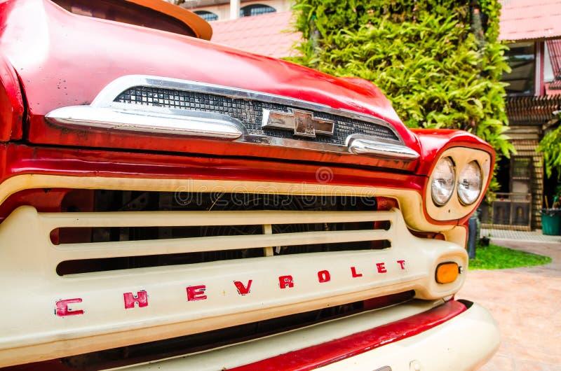 Sluit eerlijke mening van de Rode klassieke pick-up van Chevrolet apache voor parkdecoratie bij Verbodsklap Khen royalty-vrije stock afbeeldingen