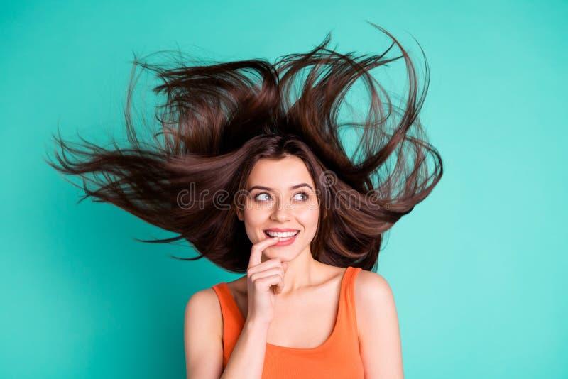 Sluit foto mooi omhoog verbazen haar zij de vakantiewind van het dameweekend het blazen de gezonde nadenkende voorwaarde van de h stock afbeelding