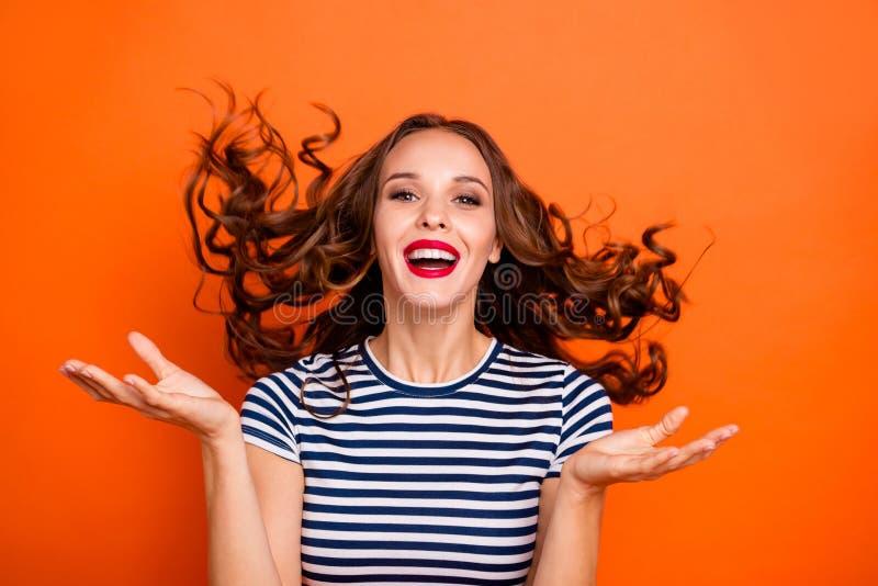 Sluit foto mooi omhoog verbazen zij haar van het de handwapen van dame rode lippen van het haarkrullen palm opgeheven van de de v royalty-vrije stock foto's