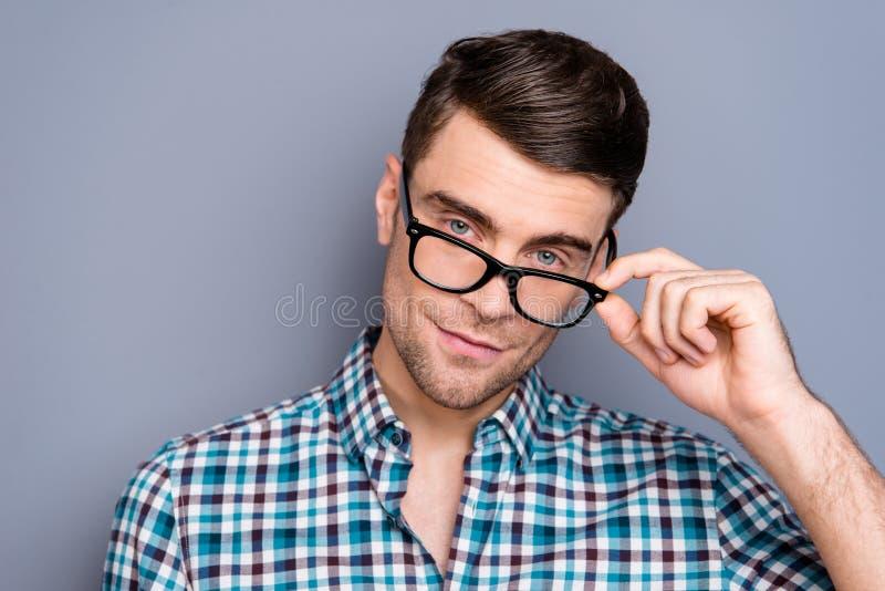 Sluit foto omhoog aantrekkelijke verbazende macho hij hem zijn mens het tedere kijken toevallige bril van de de baan de makkelijk stock afbeelding