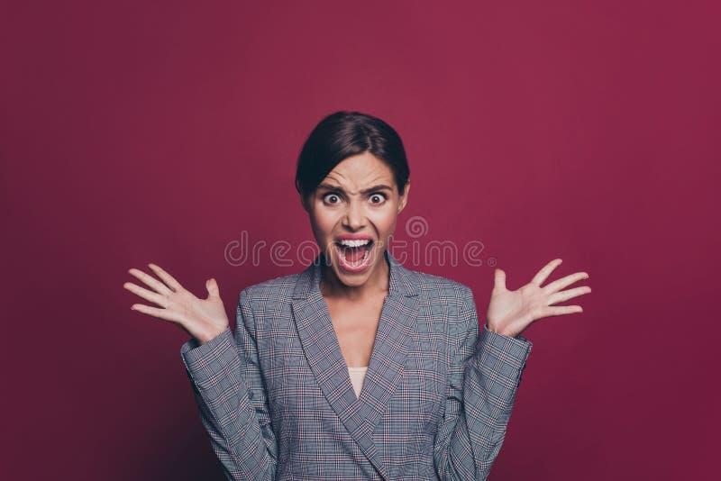 Sluit foto omhoog mooie verbazende zaken zij haar de handvingers van het damewapen in lucht schreeuwend luid ontstemd geweld gezi stock fotografie