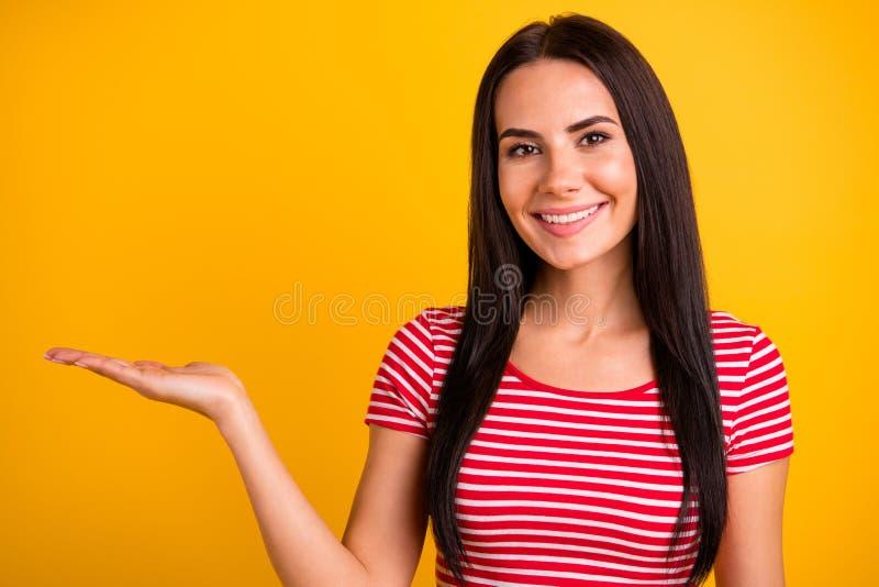 Sluit foto van de mooie aardige mooie jeugd hebben omhoog advertenties keusbesluit adviseren voelen positieve vrolijke inhoud geï stock fotografie