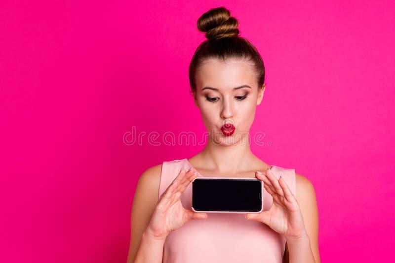 Sluit foto van het charmeren van dame maken omhoog foto's tot videogesprek de levende vlog droom van de de kusslag van de blogluc stock afbeeldingen