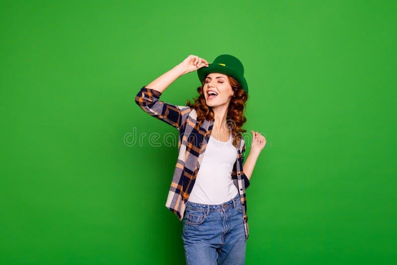 Sluit foto van zij haar golvend brunette zingen omhoog liederen terwijl het dansen royalty-vrije stock fotografie