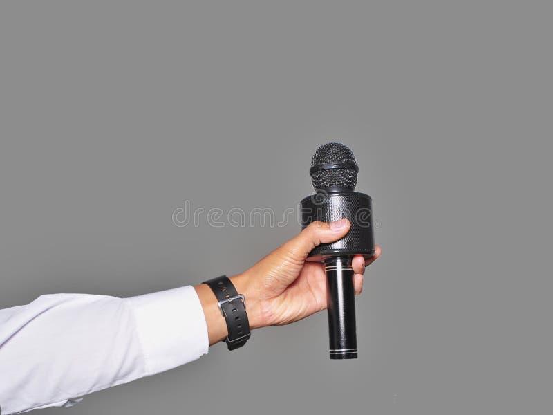 Sluit geïsoleerde omhoog de microfoon van de handholding stock afbeeldingen