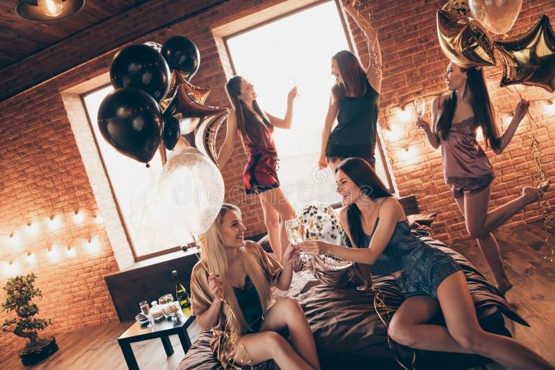Sluit gebeurtenis vijf van de foto omhoog mooie verjaardag zij haar buitensporige elegante dames zich bedbladen verzamelt verfraa stock foto