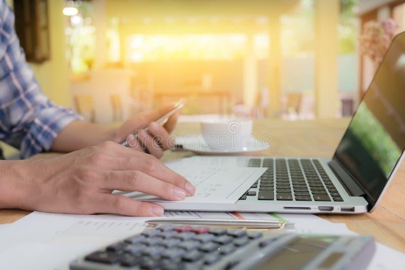 Sluit hand omhoog de bedrijfsmens gebruikend laptop en grafiek en slimme phon royalty-vrije stock afbeelding