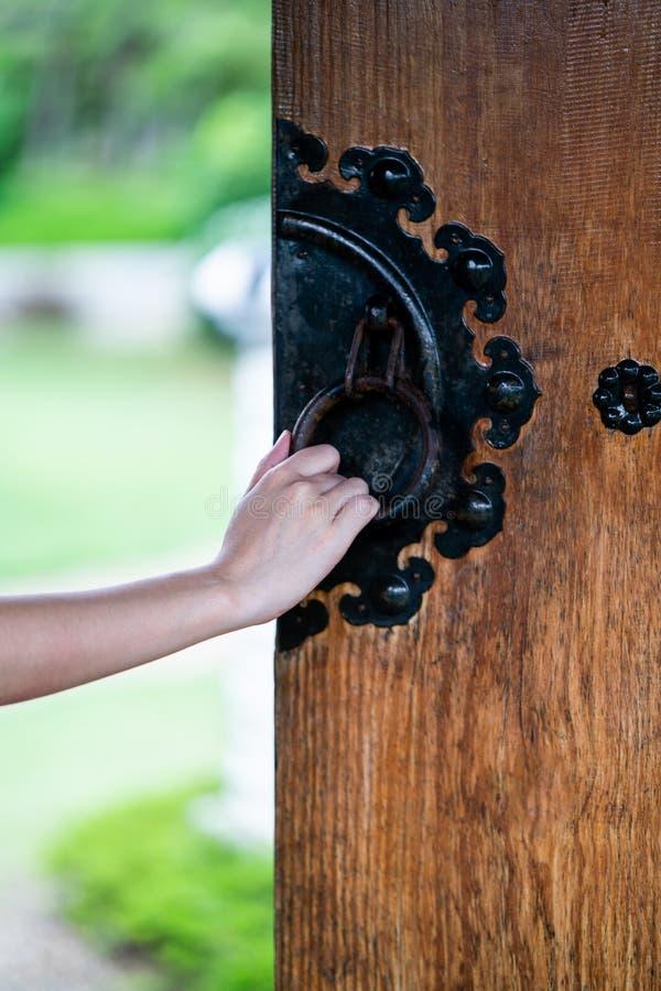 Sluit hand omhoog open Chinese houten deur stock foto