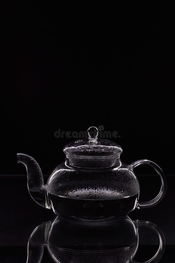 Sluit het beeld van de contour van een mooie glazen theepot met fijne randen die op een zwarte achtergrond zijn geïsoleerd royalty-vrije stock afbeelding