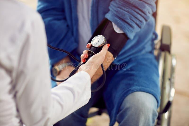 Sluit het controleren van de hypertensiebeoordeling van bloeddruk stock foto's