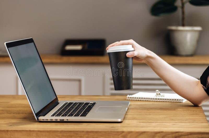 Sluit het document van de handholding kopkoffie van weghalen omhoog het drinken stock afbeeldingen