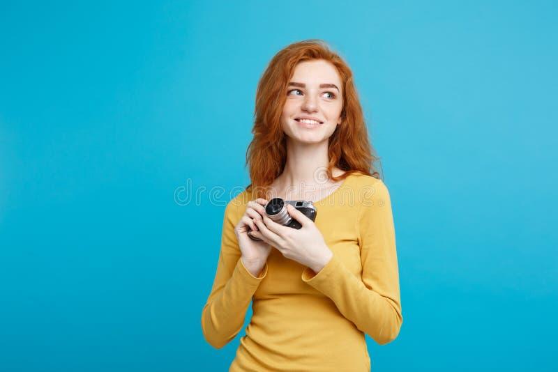 Sluit het meisje van de Portret omhoog het jonge mooie aantrekkelijke gember gelukkige glimlachen met uitstekende camera en klaar royalty-vrije stock foto's