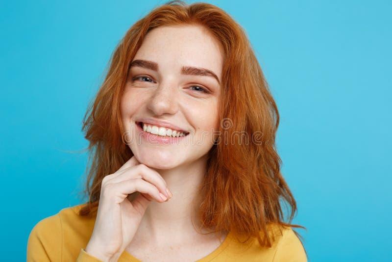 Sluit het meisje van Portret omhoog het jonge mooie aantrekkelijke redhair glimlachen bekijkend camera Blauwe pastelkleurachtergr royalty-vrije stock foto's