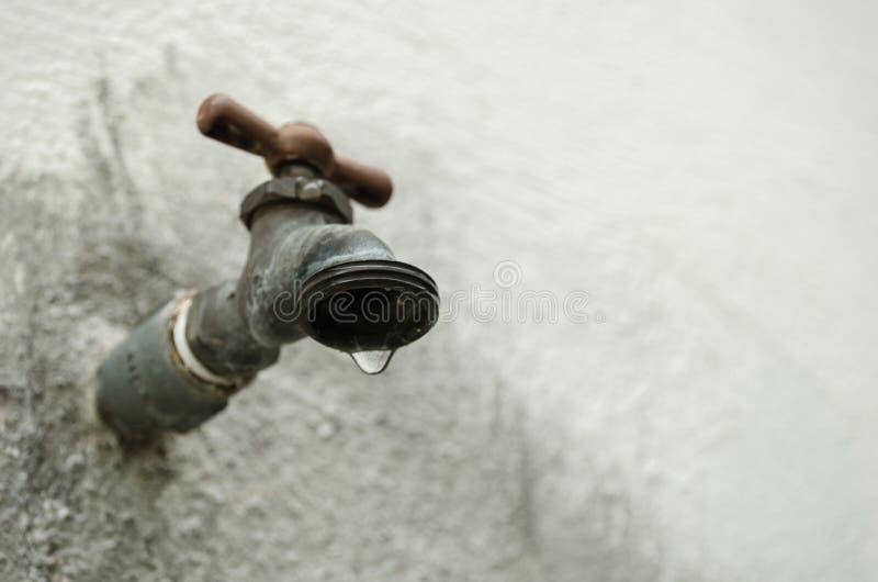 Sluit het tapkraan druipende water, concept watertekort, gebrek aan water, tot een daling van water het vallen stock fotografie
