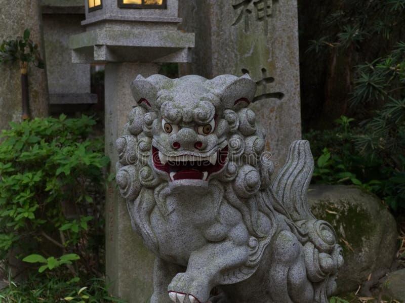 Sluit Komainu-omhoog hond-lionstonestandbeeld bij het Heiligdom in Japan royalty-vrije stock afbeelding
