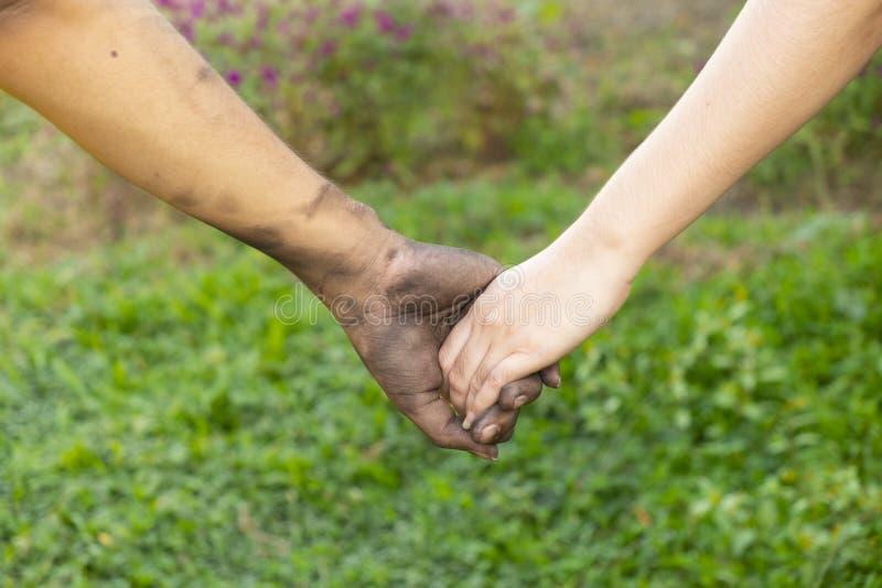Sluit man en vrouwen omhoog handen wat betreft het samenhouden op vage achtergrond voor de dagconcept van de liefdevalentijnskaar stock afbeeldingen